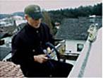 Rauchfangkehrer bei der Arbeit am Dach